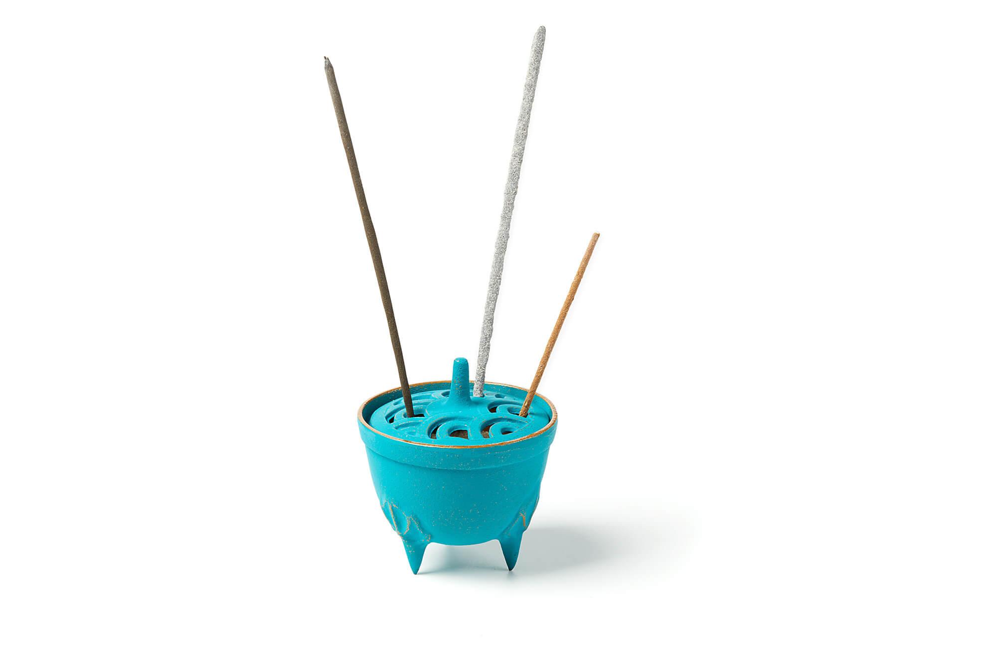 japanische Räucherstäbchen in Räucherstäbchenhalter